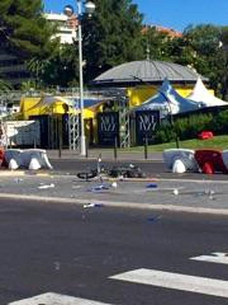 Eilisen terrori-iskun jälkiä siivotaan Nizzassa.
