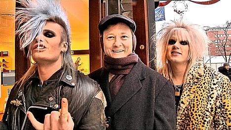 Etelävaltiolaispastori Marty Mclain tapasi hevin ystäviä myös Ruotsissa. Kuvassa Mclain kahden Crashdïet-yhtyeen jäsenen kanssa.