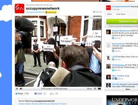 Mielenosoittajia Ecuadorin suurlähetystön edustalla Lontoossa 16.8.2012.
