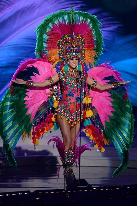 Miss Guatemala Ana Montufar Urrutia edusti räikeässä kansallisasussa.