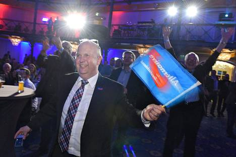 Kolmessa osavaltiossa historiallisesti paikkoja saaneen Vaihtoehto Saksalle -puoleen vaalivalvojaisissa Stuttgartissa oli iloinen tunnelma.