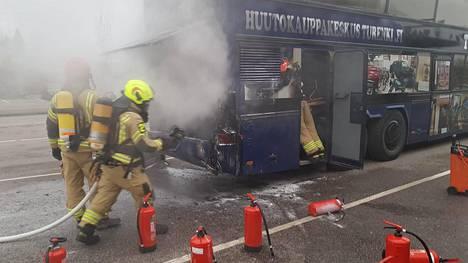 Auto paloi pahasti, mutta henkilövahinkoja ei silti tullut.