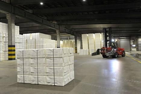 Paperiliiton lakkojen piirissä olisi noin 9000 työntekijää. Kuvassa Metsä Groupin sellutehtaan selluvarasto Raumalla marraskuussa 2019.