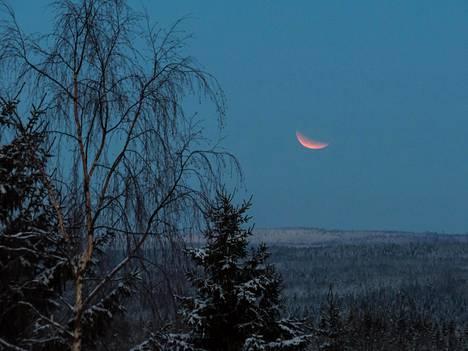 """–Kuunpimennys täydellisen vaiheen jälkeen Suonenjoen """"erämaassa"""", Vesa Vauhkonen kuvailee otostaan."""