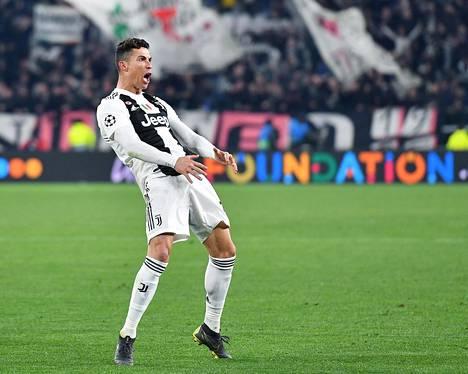 Juventuksen Cristiano Ronaldo juhlii päätösvihellyksen jälkeen.