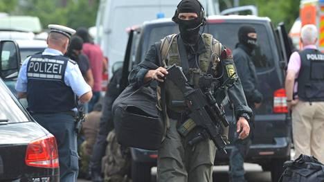 Poliisit piirittivät talon Stuttgartissa maanantaina.