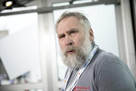 Juha Miedolla on pituutta kolme senttiä vaille kaksi metriä.