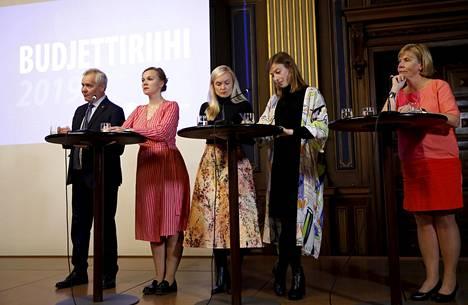 Hallituspuolueiden puheenjohtajat Antti Rinne, Karti Kulmuni, Maria Ohisalo, Li Andersson ja Anna-Maja Henriksson olivat joukkoineen pohjustaneet hallitusneuvottelut niin hyvin, että koko hallitukselta kului eilen vain 40 minuuttia päättää avoinna olevat kysymykset.