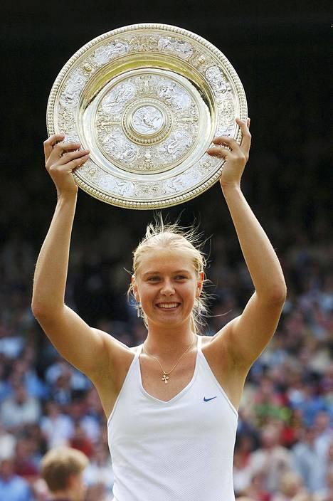 Sharapova shokeerasi tennismaailman kaatamalla Serena Williamsin Wimbledonin finaalissa 2004.
