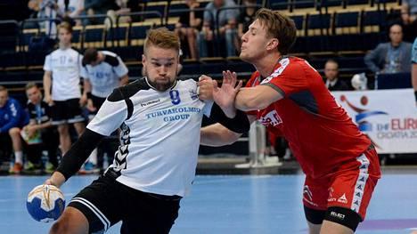 Suomen Kristian Jansson (vas.) ja Itävallan Christoph Neuhold kamppailivat käsipallon miesten EM-karsintaottelussa Vantaalla.