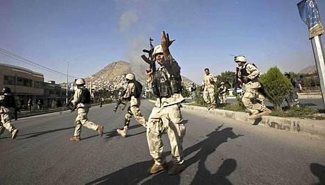 Afganistanin poliisin erikoisjoukot saapuivat pian räjähdysten jälkeen Britannian kulttuurikeskuksen luo.