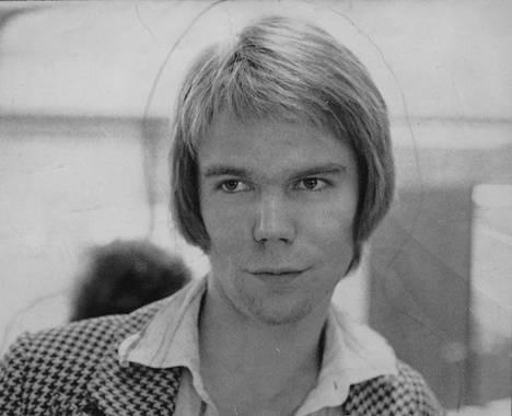 Björn Wahlroos innostui vasemmistoliikkeestä, ja hänet valittiin teiniliiton koulutussihteeriksi.