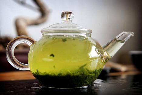 Vihreän teen juominen kiihdyttää aineenvaihduntaa.