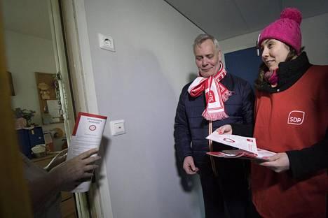 Sdp:n ex-puheenjohtaja Antti Rinne kolkutteli ihmisten oville Porvoossa eduskuntavaaleissa 2017.