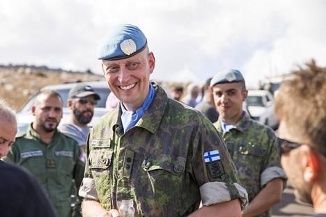 Komentaja Marko Hirsimäki keskustelee paikallisten kanssa siviiliyhteistyöprojektin päätösjuhlassa. Taustalla sotilastulkki Omar Al-Kubaisi.