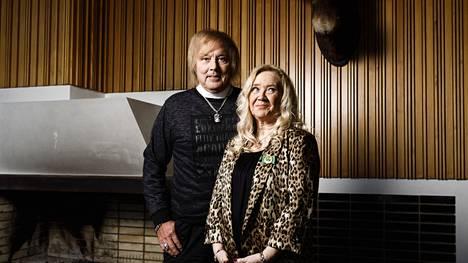 Leila Salmelainen on työskennellyt jo 55 vuotta Dannyn assistenttina. Häntä surettaa, miten Dannya syyllistetään Armin kohtalosta. Sitä Armi itse ei olisi halunnut.