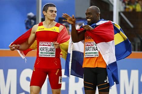 Hortelano ja Hollannin Churandy Martina juhlivat EM-mitaleitaan miesten 200 metrin kisan jälkeen. Martina hylättiin ratarikon vuoksi.