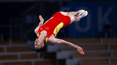 """Keksijä nikkaroi autotallissaan perustan olympialajille – nyt voimistelijat lentävät trampoliinilta korkeuksiin: """"Olen adrenaliiniaddikti"""""""