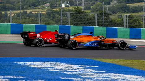 Ferrari on jäänyt mm. McLarenin taakse valmistajien MM-pistetilastossa. Kuvassa Carlos Sainz ohittaa Charles Leclercin Unkarin GP-kisassa.