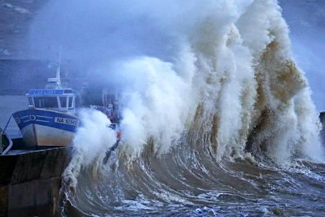 Myrsky riepottelee satamaa Ranskassa.