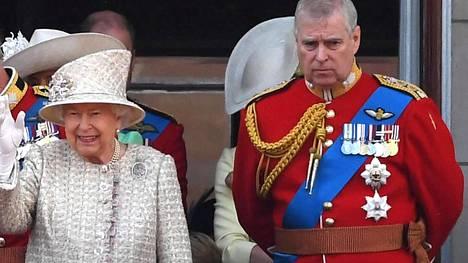 Elisabet ja tämän kolmas lapsi, prinssi Andrew.