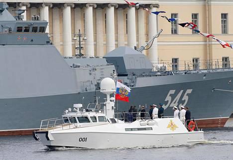 Putin ja Shoigu tervehtivät sotilasaluksia valkoiselta yhteysalukselta.