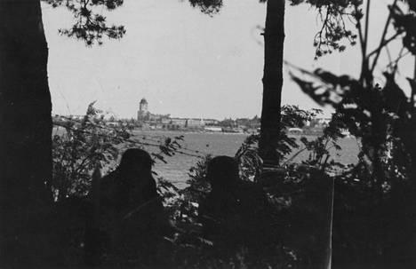 Suomalaissotilaat katsovat Viipurinlahden länsirannalta menetettyyn kaupunkiin.