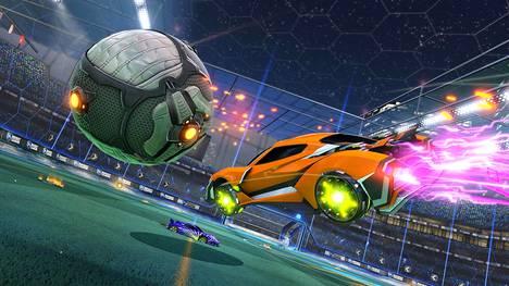 Rocket League on nopeatempoinen peli, jossa pelataan jalkapalloa rakettimoottoreille varustelluilla autoilla. Kilpaotteluissa pelaa vastakkain kaksi kolmen hengen joukkuetta.