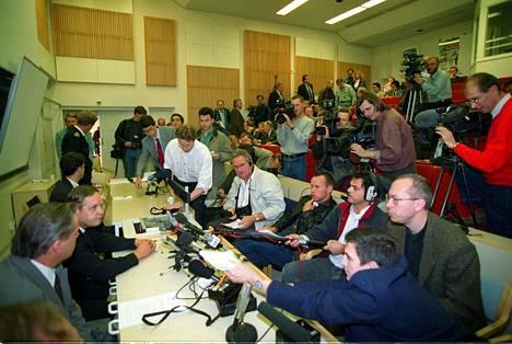Pelastusoperaatiota johtanut Raimo Tiilikainen aloittamassa lehdistötilaisuutta Turussa.