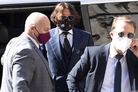 Johnny Depp paljasti oikeussalissa yksityiskohtia huumeidenkäytöstään.