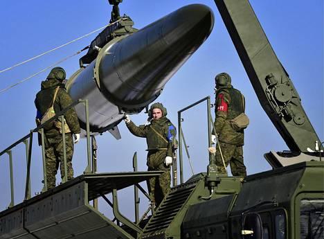 Ballistinen Iskander-M-ohjus sotaharjoituksessa viime marraskuussa.