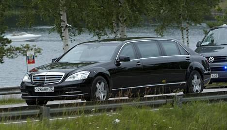 Mercedes-Benz S600 Guard Pullmanin pituus on yli kuusi ja puoli metriä. Putinilla on käytössään oma erikoisistuin, joka muistuttaa jalkatukineen kaikkineen lentokoneen ykkösluokan penkkejä. Kuvassa takana seuraa Helsingin poliisilaitoksen hallinnoima Volkswagen Transporter Kombi.