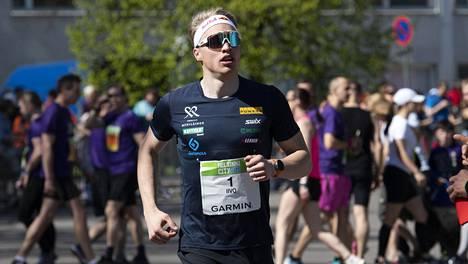 Iivo Niskanen oli matkalla kohti kelpo aikaa toissa keväänä Helsingin puolimaratonilla, mutta harhautui epäonnistuneen opastuksen takia reitiltä ja projekti meni myttyyn.