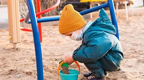 Tutkimuksen mukaan kirurgiset kasvomaskit ovat turvallisia myös pienille lapsille ainakin lyhytaikaisessa käytössä ja vanhempien läsnä ollessa.