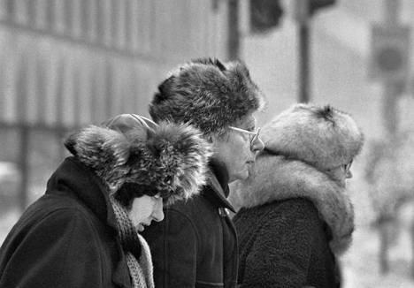 Lämpimästi pukeutuneita ihmisiä kadulla kovassa pakkasessa Helsingissä tammikuussa 1987.