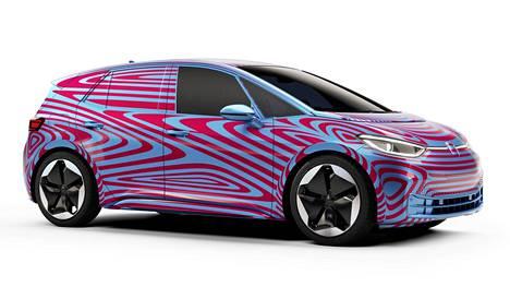 Volkswagenin täyssähköauto ID.3 esiteltiin tiedotusvälineille Berliinissä – vahvasti teipattuna.