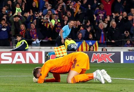 Manchester Unitedin maalivahti David de Gea harmittelee epäonnistumistaan.