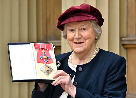 Patricia Routledge on nykyisin Dame Patricia Routledge, sillä prinssi Charles myönsi hänelle kyseisen arvonimen.