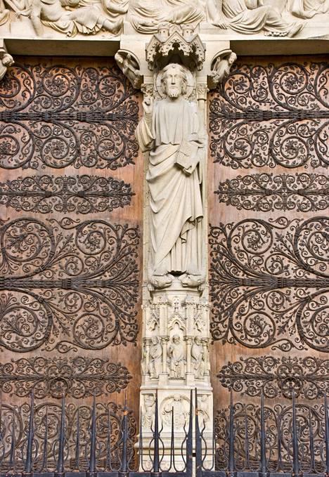 Joidenkin silmiin nämä ovien koristelut muistuttavat numerosarjaa 666.