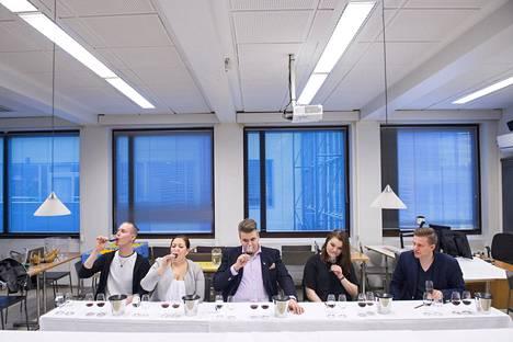 Raatilaiset ovat maistelleet aiemmin esimerkiksi viinejä restonomiopiskelijoiden Pore ry:n Vinstituutissa. Mukana olivat Lauri Parviainen (vas.), Hanna Piispanen, Joel Kettula, Senja Keränen ja Markus Riikonen.