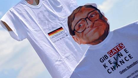 Bill Gates on joutunut salaliittoteoreetikkojen kohteeksi, sillä hänen väitetään olevan koronapandemian takana. Gates oli esillä muun muassa mielenosoituksessa Saksan Stuttgartissa kesäkuun lopulla.