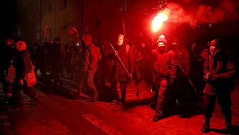 Kiekkovieraat marssivat Tampereella itsenäisyyspäivänä.