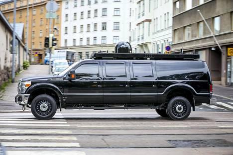 Ford 350 -avolavasta tehty komentokeskusauto oli näkyvä osa Trumpin saattuetta.