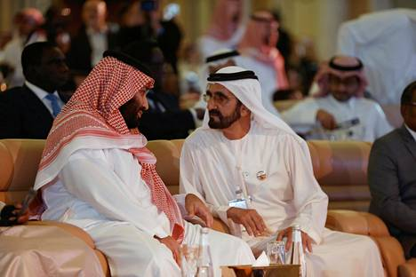 Dubain hallitsija Mohammed bin Rashid al-Maktoum (oik.) keskusteli Saudi-Arabian kruununprinssin Mohammed bin Salmanin kanssa Riadissa lokakuussa järjestetyssä talousfoorumissa.