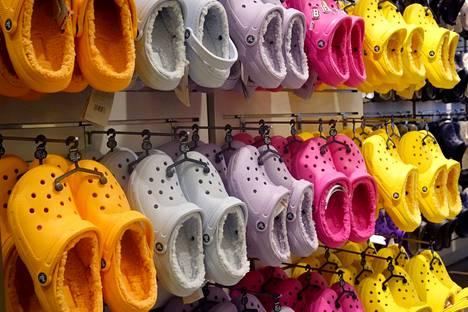 Crocseja saa monissa väreissä.