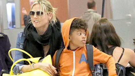 Klum kuvattiin Henry-pojan kanssa Los Angelesin lentokentällä.