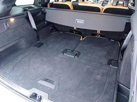 Volvoon kuuluu Mercedeksestä poiketen myös kuudes ja seitsemäs istuinpaikka, jotka taittuvat pienellä kädenliikkeellä myös tasaiseksi tavaralattiaksi.