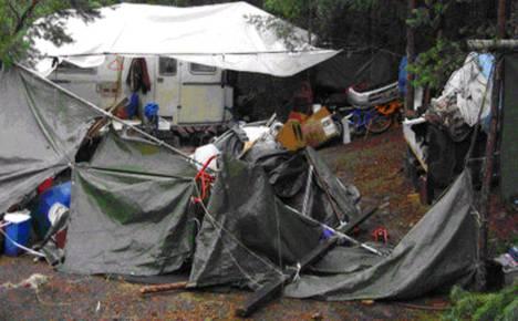Tällaisessa asuntovaunuleirissä isä pakotti tyttärensä asumaan.