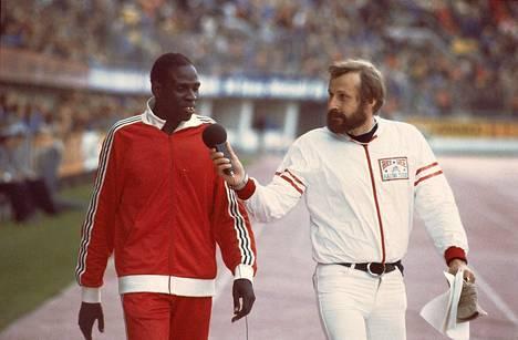Raimo Häyrinen haastattelemassa juoksija Mike Boitia Maailmankisoissa kesäkuussa 1977.