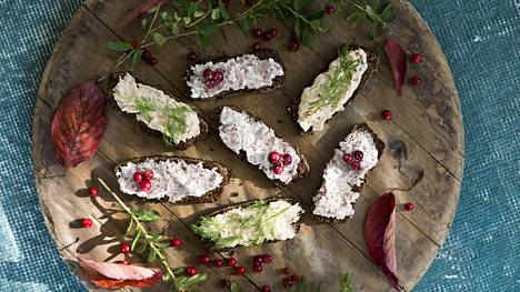 Tyrnillä maustettu saaristolaisleipä päällystetään lohi- ja porotahnalla.